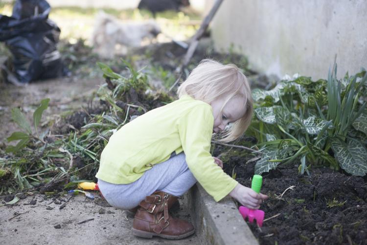 Jardiner avec un enfant : Retourner la terre