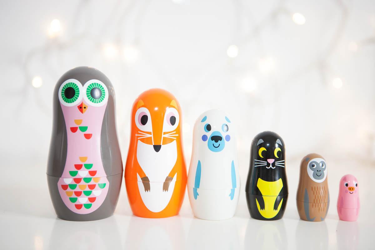 Des poupées russes colorées avec Les Petits Raffineurs
